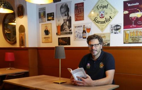 Claudio Ponce leyendo